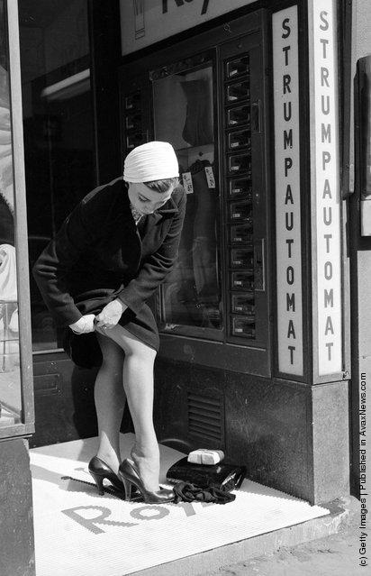 1956. Atomatából vásásárolt harisnyát egy hölgy Stockholmban..jpeg