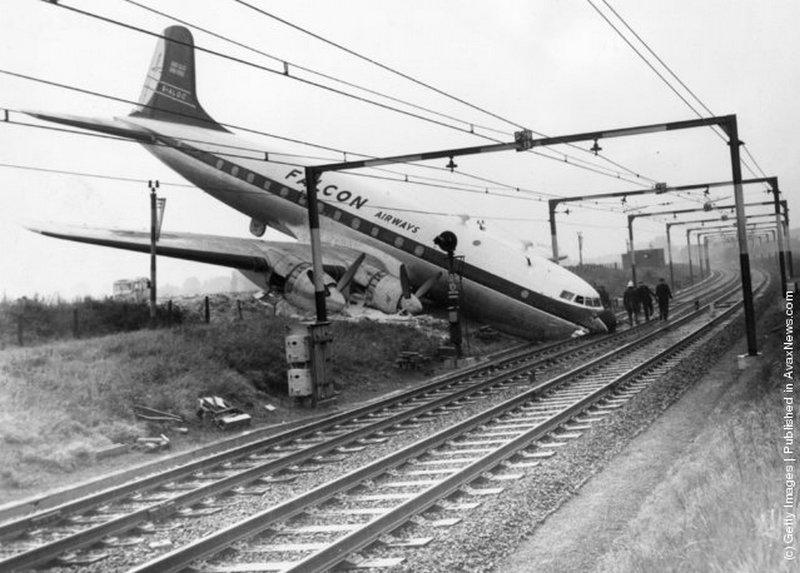 1960. London Southend reptéren, fékhiba miatt túlfutott gép a közeli vasúti töltésen landolt..jpeg