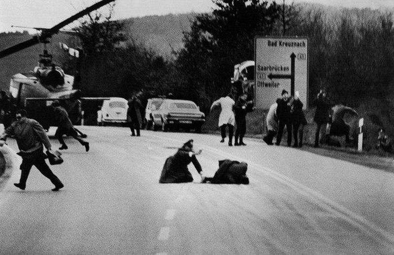 1971. Wolfgang Peter Geller World Press fotó győztes képe a saarbrückeni bankrablás utáni tűzharcról. A tússzedő elkövető az úttesten bekerítve a rendőrökre lőtt..jpg