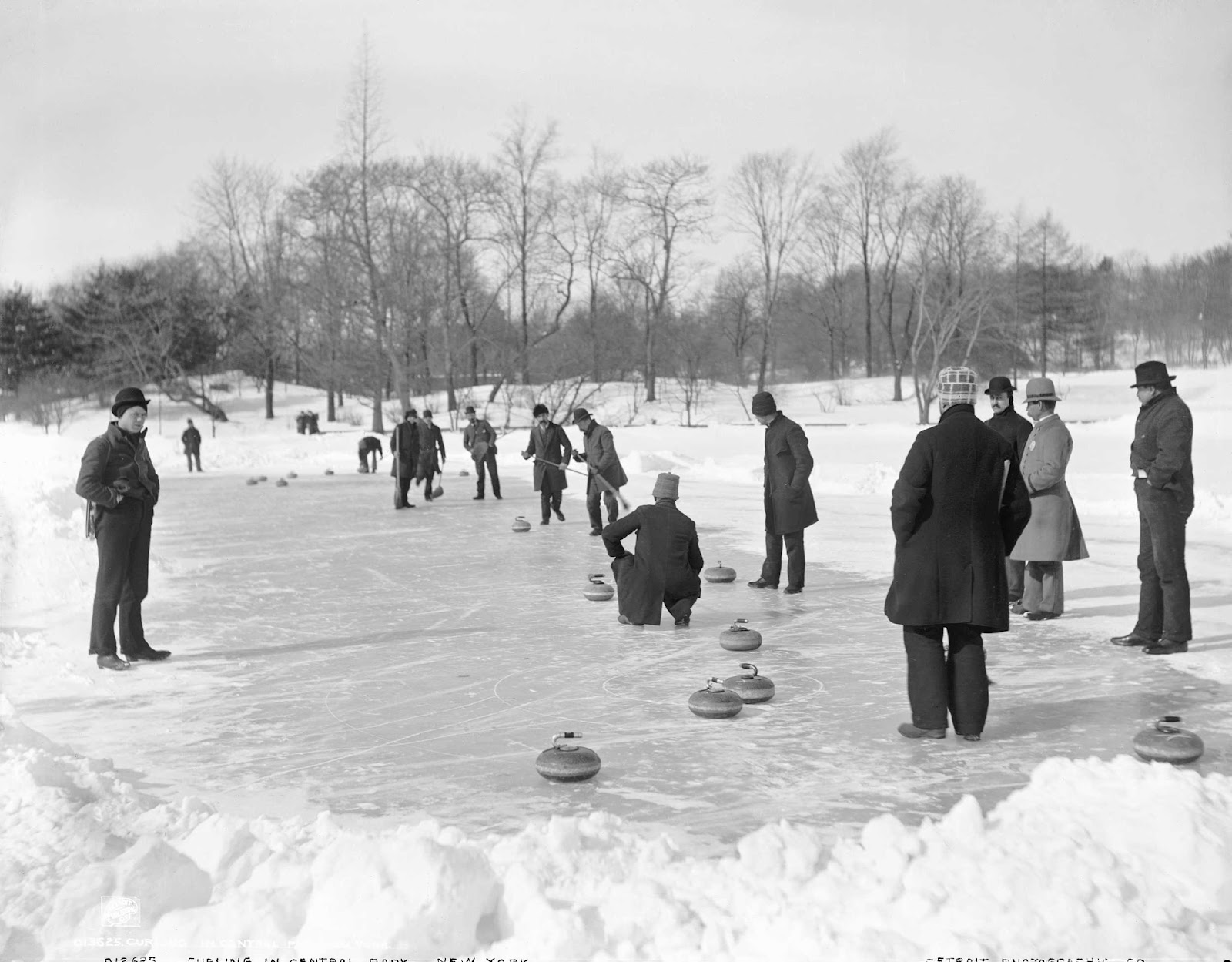 1906. New York. Curling a Central Parkban..jpg