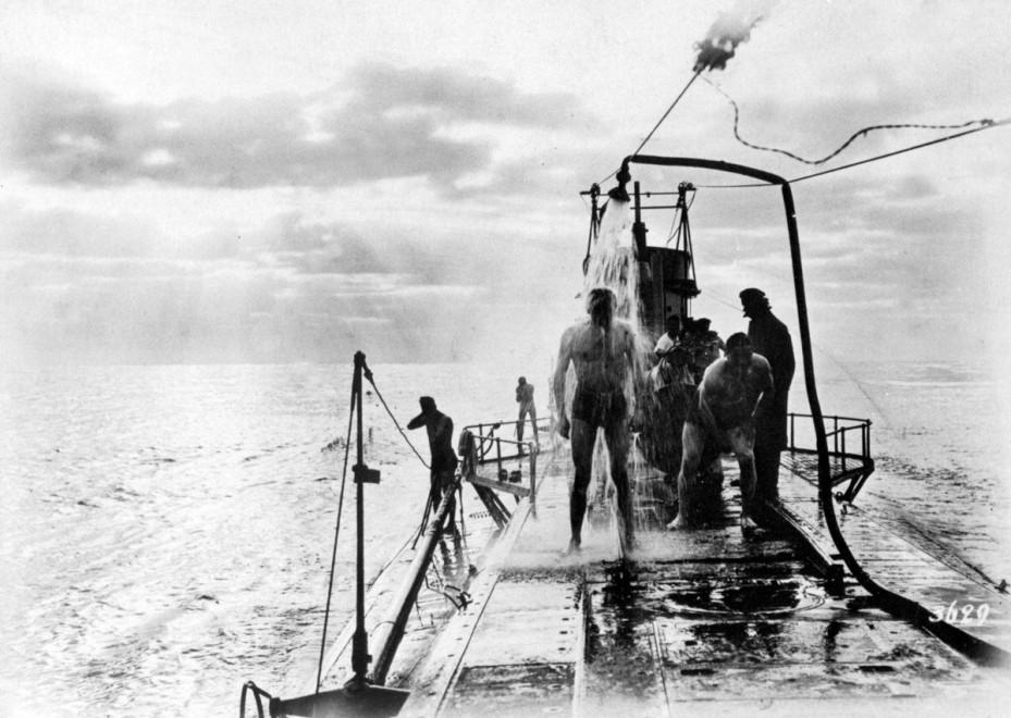 1917. Az U-35 német tengeralattjáró személyzete fürdik a felszínen, valahol a Mediterráneumban..jpg