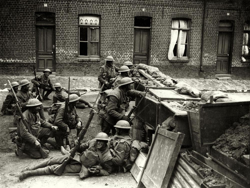 1918. Brit katonák a barikád mögött..jpg