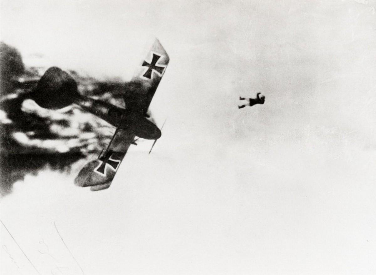 1918. Német pilóta kiugrott az égő Albatros gépéből..jpg
