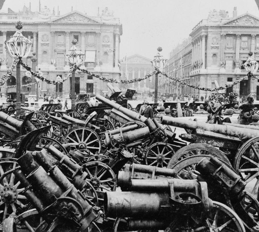 1920. Zsákmányolt német fegyverek kiállítása Párizsban a Place de la Concorde-on..jpg