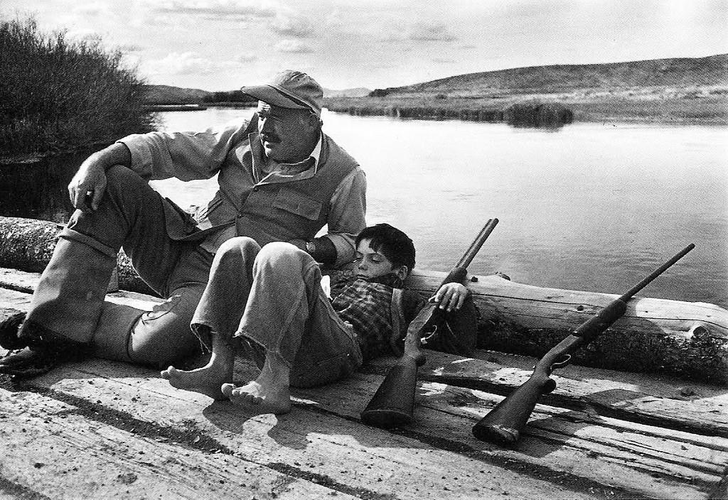 1941. Hemingway és fia vadászaton. Robert Capa felvétele..jpg