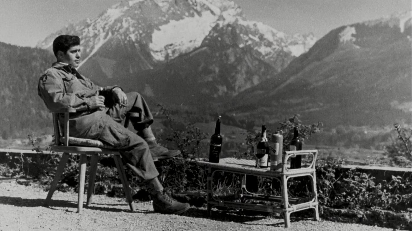 1945. A 101-es ejtőernyősök egy tagja az elfoglalt Sasfészekben borozik. A katonák három napig fogyasztották Hitler privát pincéjének ritkaságait, ezzel kivíva a legdrágább borozás címét..jpg