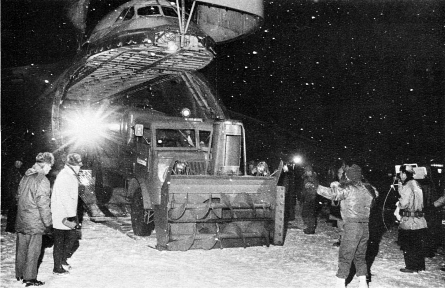 1977. A katonaság gépei hómarókat szállítanak az Egyesült Államok hófúvással sújtott térségeibe..jpg