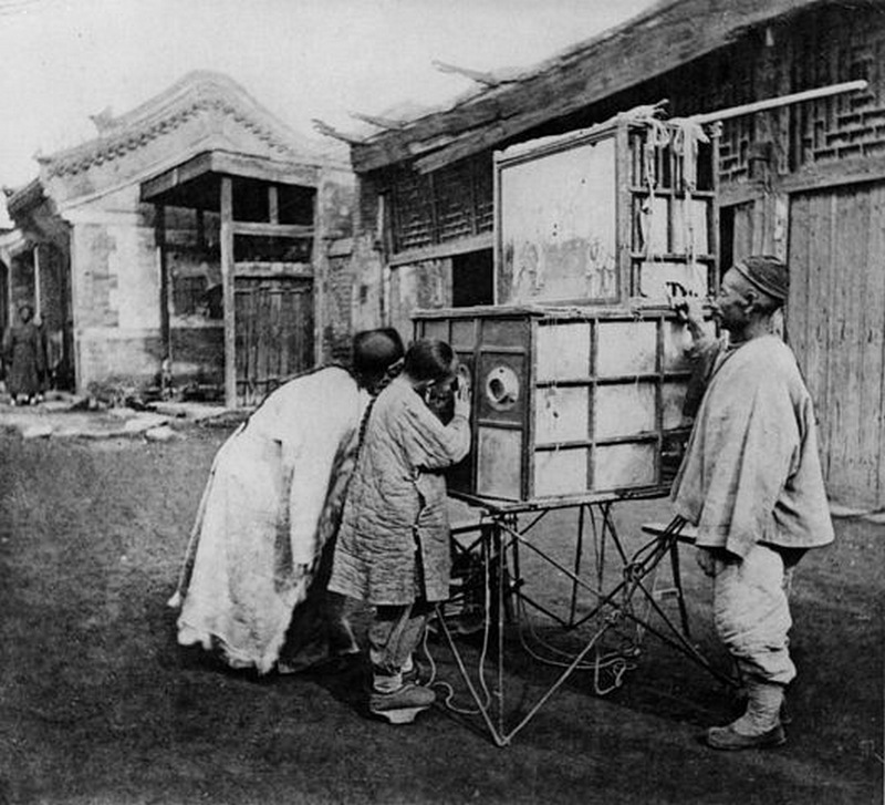 1874. Kína. Az első pornómozi. Utazó kereskedő, pornográf dagerrotípiákat mutat be..jpg