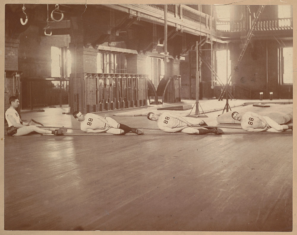 1888. A Harvard kötélhúzó csapata, edzés közben..jpg