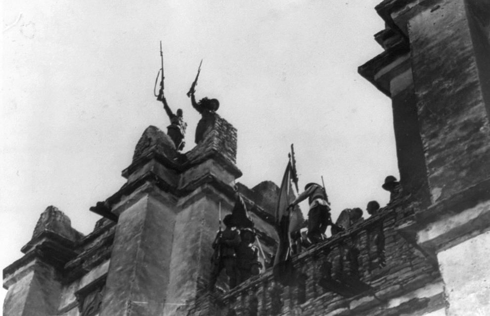 1935. Olasz zászló Etiópiában egy elfoglalt városon. Haile Szelasszié császár a Népszövetség segítségét kérte, de kérése süket fülekre talált..jpg