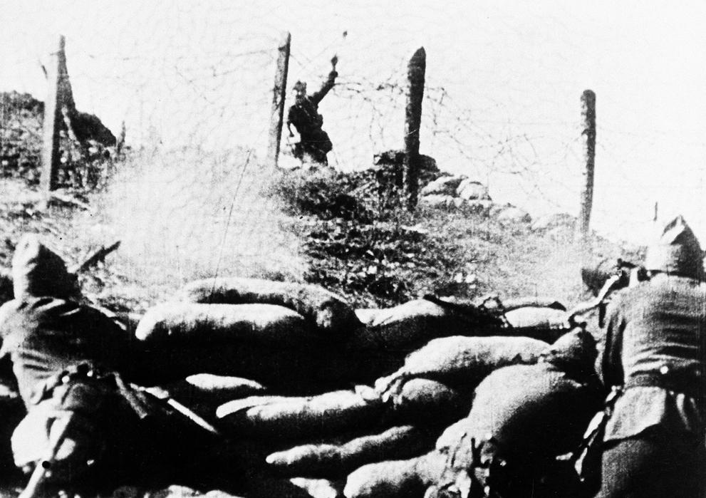 1936. Nacionalista katona kézigránátot hajít a köztársaságiak közé..jpg
