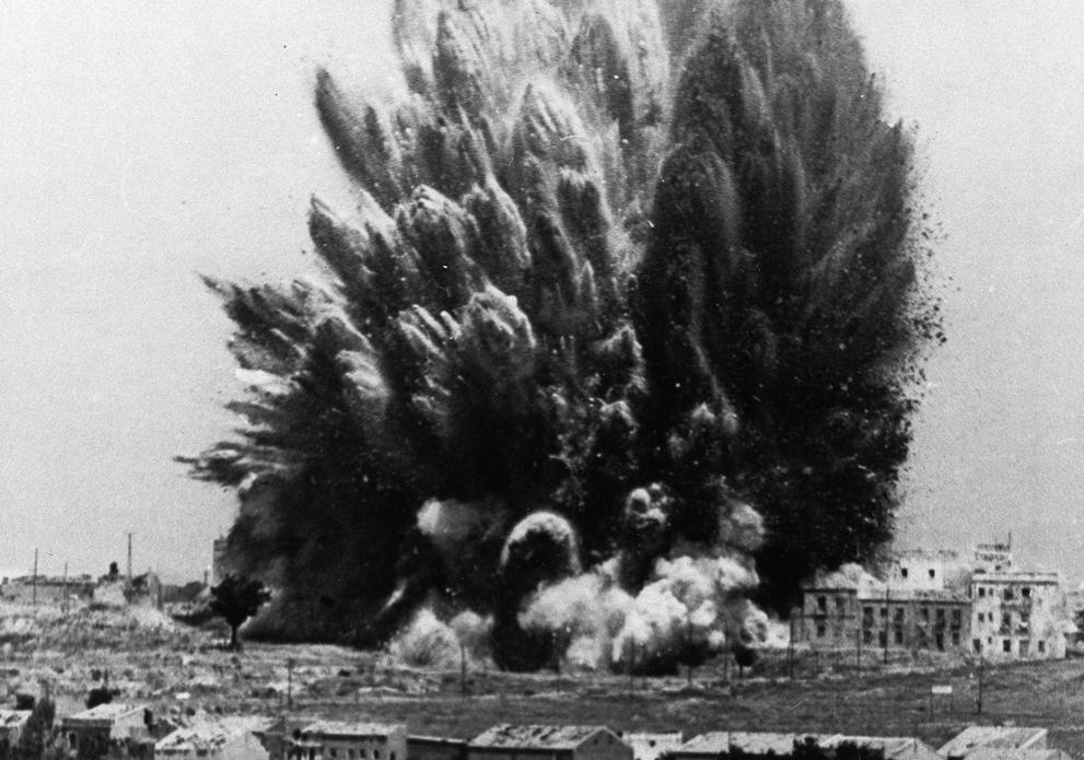1938. Madrid, Casa Blanca. Egy ötemeletes épületet felrobbanása közel 300 nacionalista lázadót ölt meg. Elképesztő méretű a robbanás..jpg