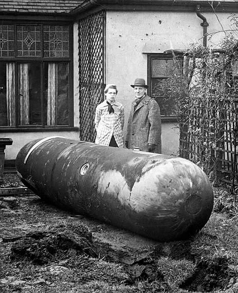 1940. Fel nem robbant német ejtőernyős bomba Liverpool, Anglia..jpg