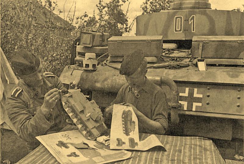 1941. Szovjet KV-1 tank papírmakettjét ragasztják össze német katonák..jpg