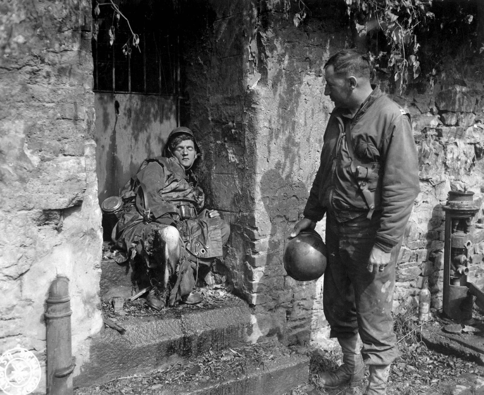 1944. Earl Topley kapitány nézi az utolsó Cherbourgban elesett német védőt, aki a végsőkig, sebesülten is kitartott. Topley egységének legalább három tagja esett el golyóitól..jpg