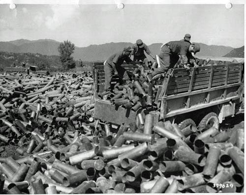 1952. A koreai háborúban, a triangle hill-i csata után dél-koreai katonák szállítják el a kiürült tüzérségi lövegek hüvelyeit..jpg