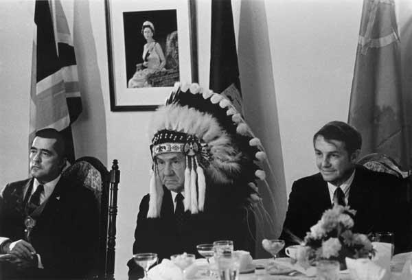 1971. Alekszej Koszigin szovjet politikus, kanadai indián vezetőkkel találkozik és fejfedíszüket viseli..jpg