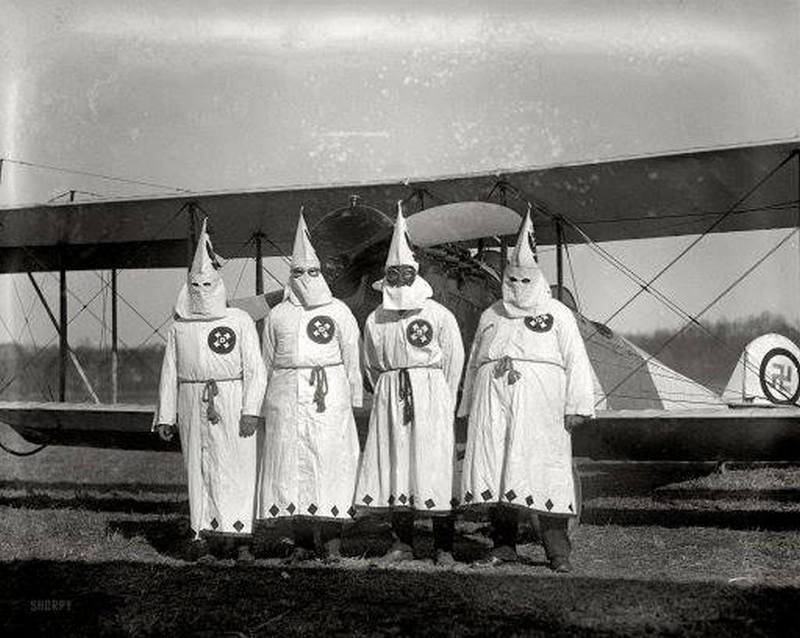 1922. USA. Szórólapozni induló légi Ku-Klux-Klan tagok..jpg