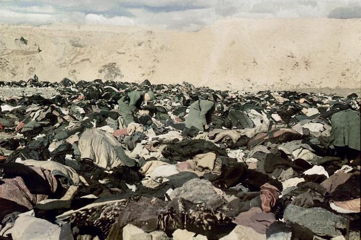 1941. Szeptember 29 and 30 között 33.771 zsidó lakost végzett ki az SS Kijevben a Babij Jarnál. A képen német katonák kutatnak a levetett ruhák között..jpg