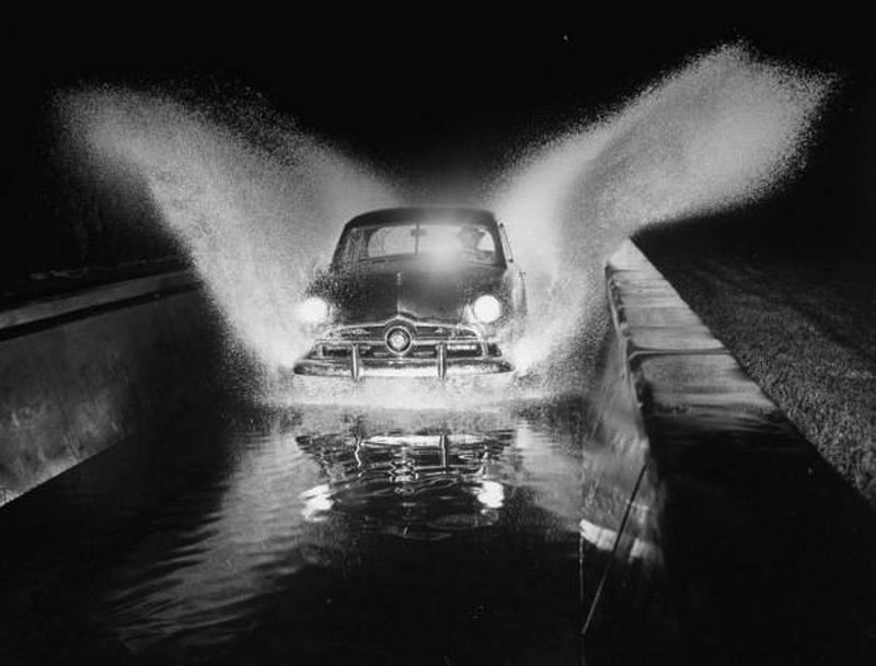 1948. USA, Detroit. Vízenfutás teszpályán a Ford gyárában..jpg