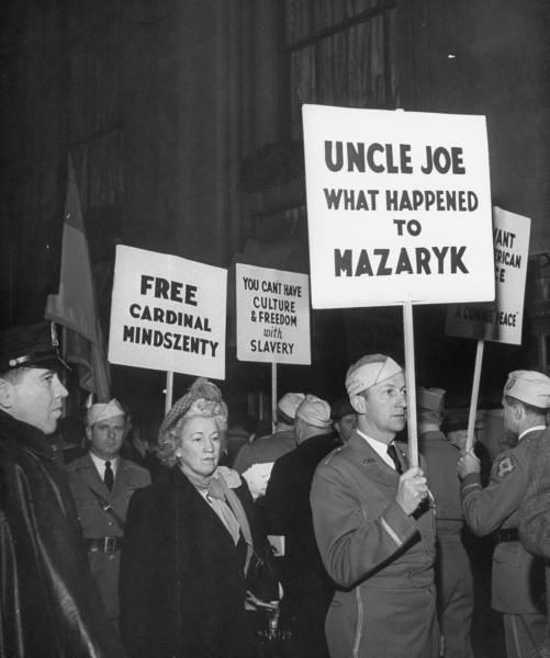 1949. Szabadítsák ki Mindszenty bíborost. Tűntetés New Yorkban..jpg