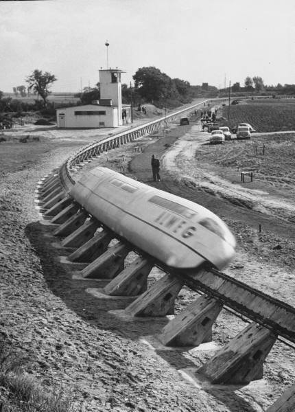 1952. Köln, NSzK. ALWEG monorail (egynyomtávú) vonat modellje a tesztpályán..jpg