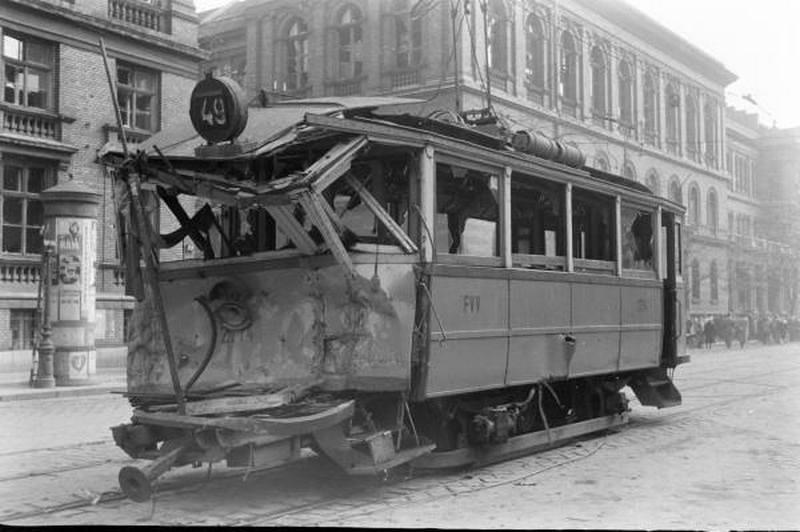 1956. A 49-es villamost - talán a kiskörúton - összetörte egy szovjet tank..jpg