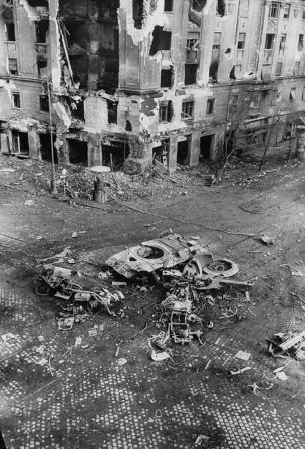 1956. november. Budapest. Szovjet tank maradványai..jpg
