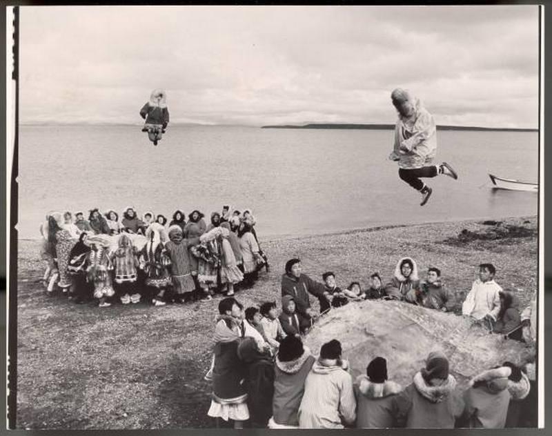 1965. Alaszkai eszkimók sajátkészítésű, fókabőr trambulinon ugrálva ünneplik a sikeres bálnavadász szezon végét..jpg