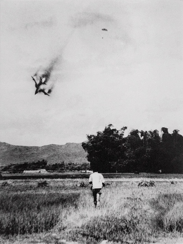 1966. Észak-Vietnamban lelőtt amerikai F105-ös repülőből katapultál pilótája Hanoitól északra. A pilótát 1973-ig tartották fogságban..jpg