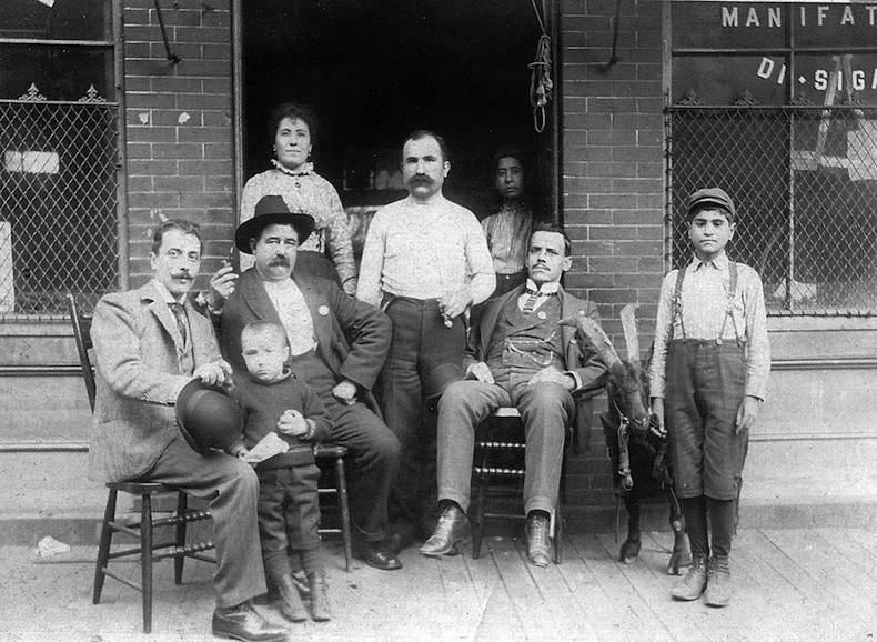 1915. Giosue Gallucci Kelet-Harlem első maffiacsaládjának feje. A nápolyi camorra tagja, aki kicsíny birodalmát futtatta a szicíliai maffia szomszédságában, velük egyetértésben..jpg