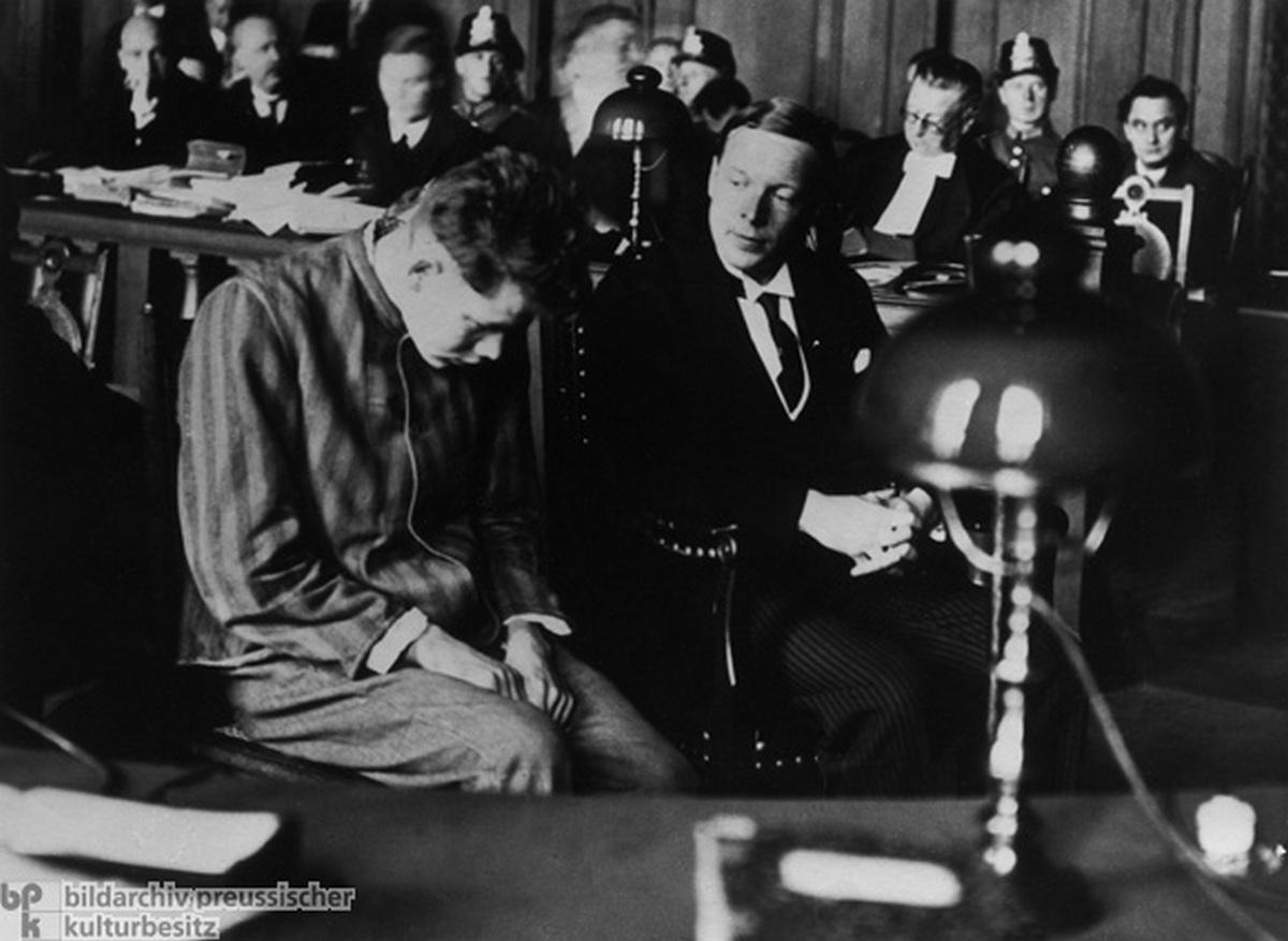 1933. Marinus van der Lubbe tárgyalása. A Reichstag felgyújtásának vádjával ültették a vádlottak padjára. Halálra ítélték és lefejezték. 24 éves volt..jpg