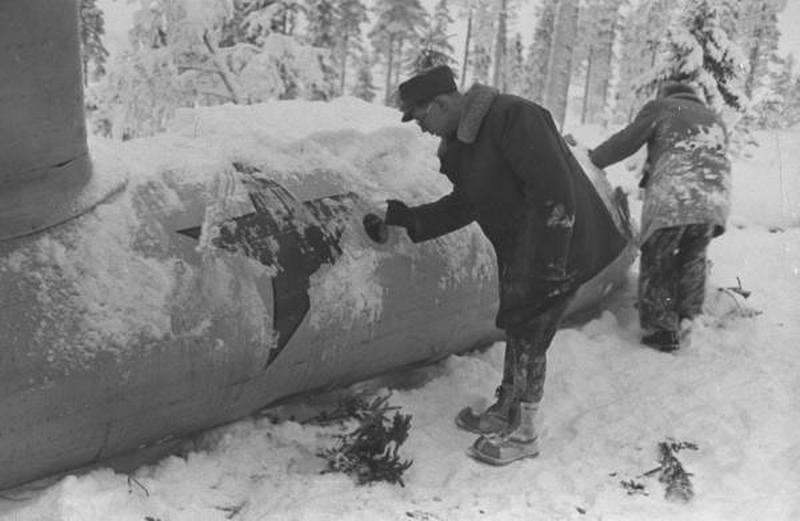 1940. Finnország. Finn katonák egy lezuhant szovjet repülőt vizsgálnak..jpg