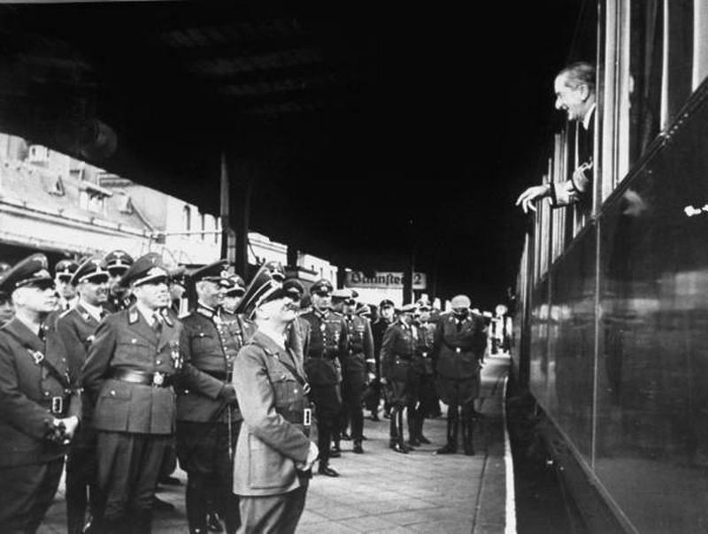 1941. Horthy kormányzó búcsúzik Hitlertől berlini látogatása után..jpg