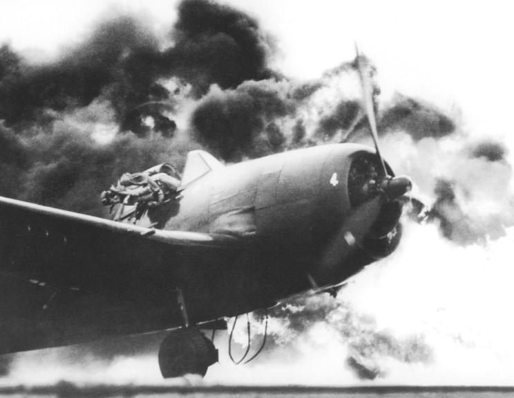 1944. Ens John Fraifogl pilóta menekül égő Hellcat gépéből a Ticondoroga repülőgéphordozón történt leszállása után..jpg
