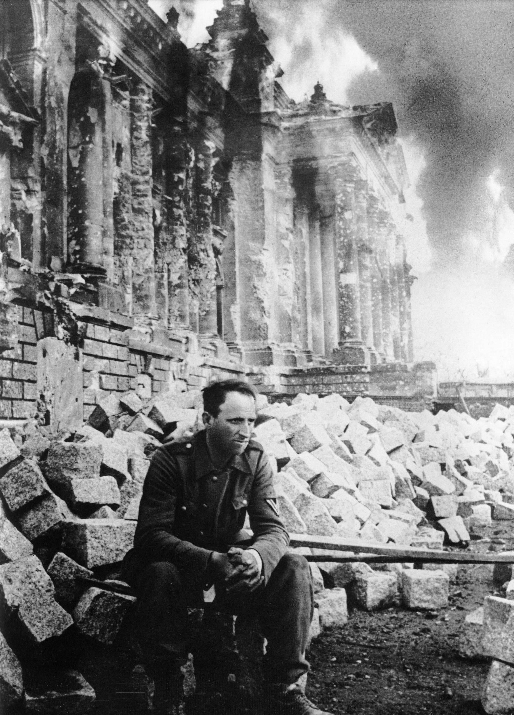 1945. Német katona a lerombolt Reichstag előtt..jpg