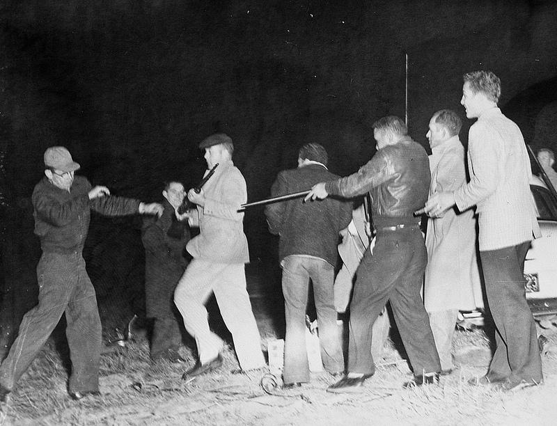 1959. Fehérek (Ku-Klux-Klan) és Robeson megye indiánjai között kirobbant verekedés és lövöldözés Észak-Karolinában..jpg