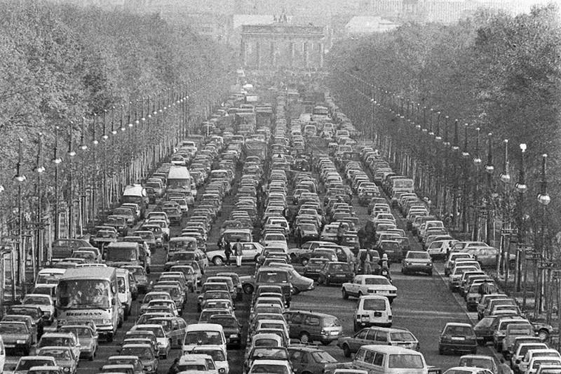 1990. Berlin. Az NDK állampolgárai elönzönlötték az utakat..jpg