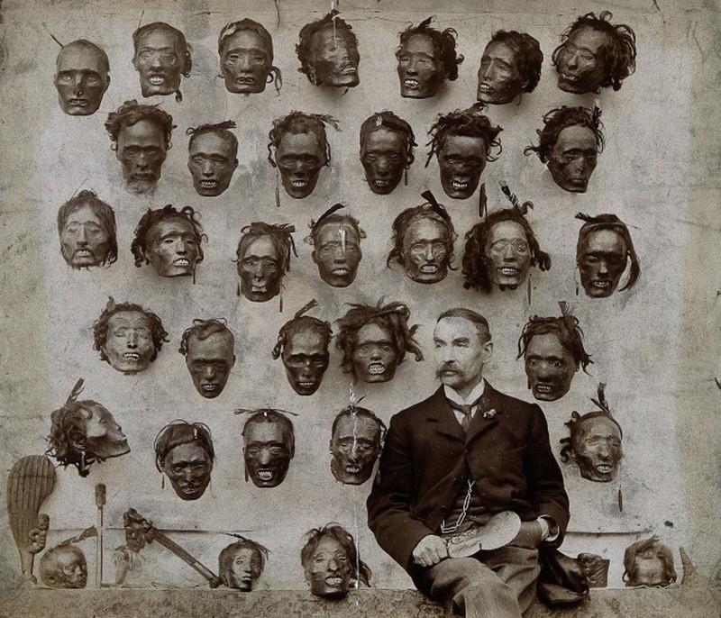 1895. Horatio Gordon Robley katona, tudós, a Mokomokai maori arctetoválás gyűjtője, tetovált-arc kollekciója előtt..jpg