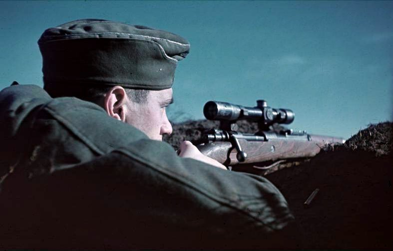 1942. Német mesterlövész Sztálingrádnál..jpg