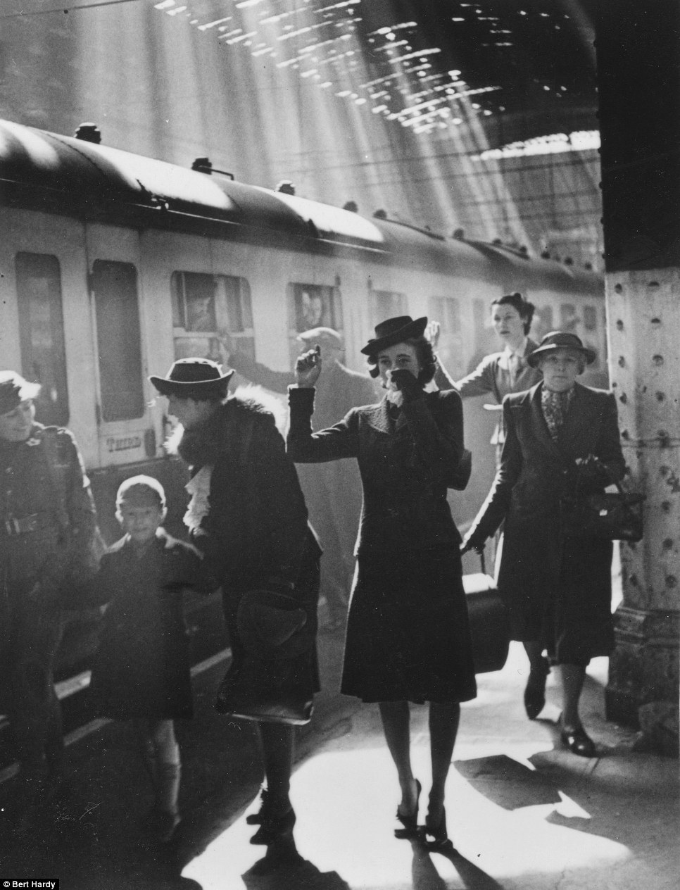 1942. Paddington állomáson, Londonban gyermekeiknek integető anyák. A német bombázások alatt a gyerekek egy részét észak-angliába költöztették befogadókhoz..jpg
