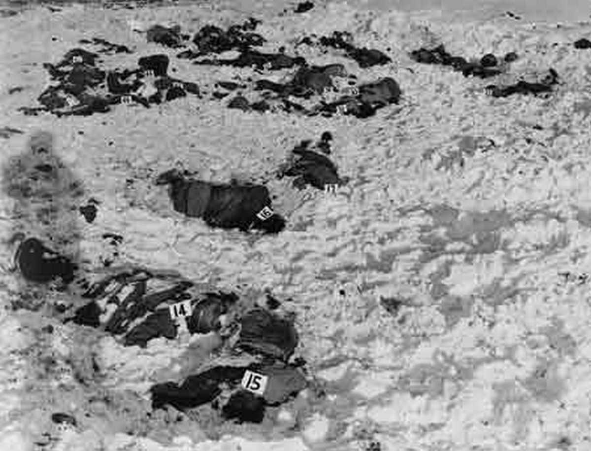 1944. A malmedy mészárlás után megtalált amerikai katonák holtesteinek összegyűjtése és vizsgálata..jpg