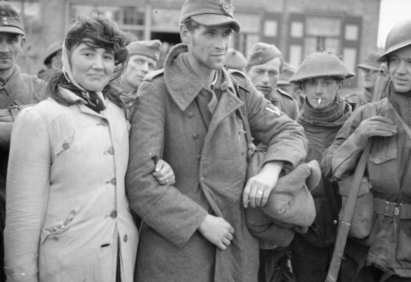 1944. Holland nő férjével (német katona) önként együtt megy a fogságba..jpg