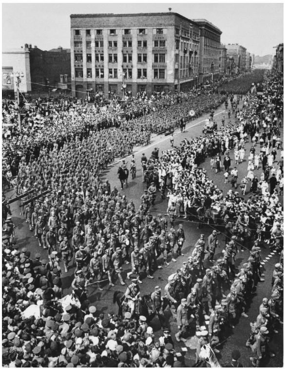 1944. Júliusában a Vörös Hadsereg fölényét demonstrálandó, 57.000 német hadifoglyot vezettek keresztül Moszkva belvárosán..jpg