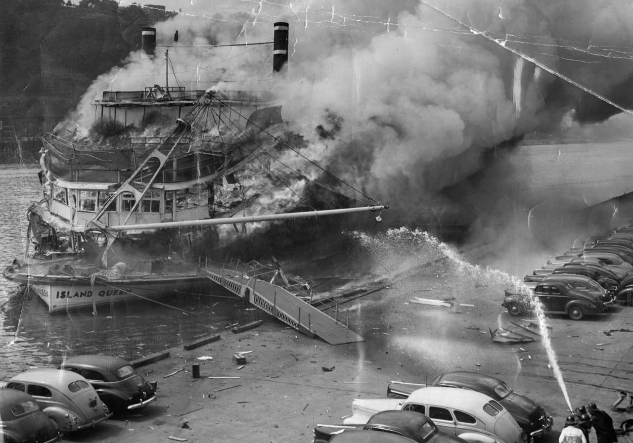 1947. Az ISLAND QUEEN sétahajót tragikus robbanása után oltják a partról. Az utasok nélküli gőzhajó kazánházában keletkezett robbanásban a legénység 28 tagja halt meg..jpg