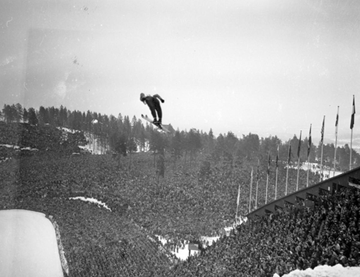1952. 150 ezren nézik a síugrás olimpiai döntőjét Oslóban, Norvégiában..jpg
