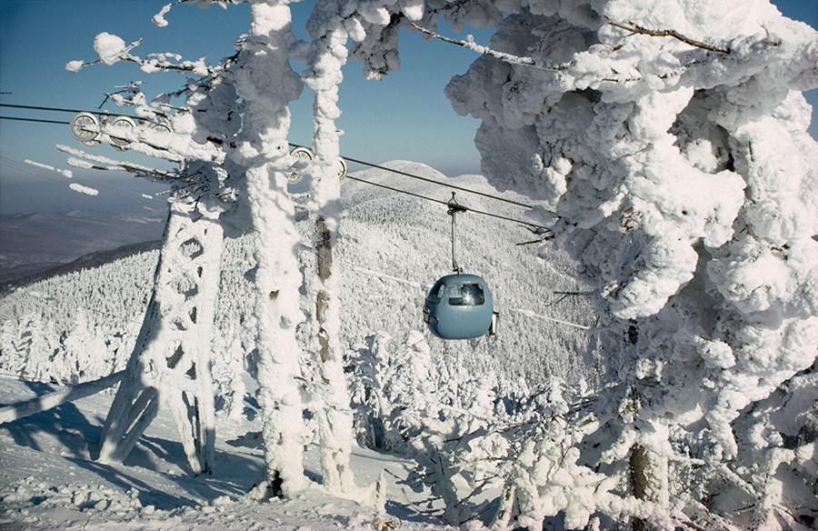 1967. Sífelvonó a Sugarbush Resortnál szállítja a síelőket a csúcsra Vermontban..jpg