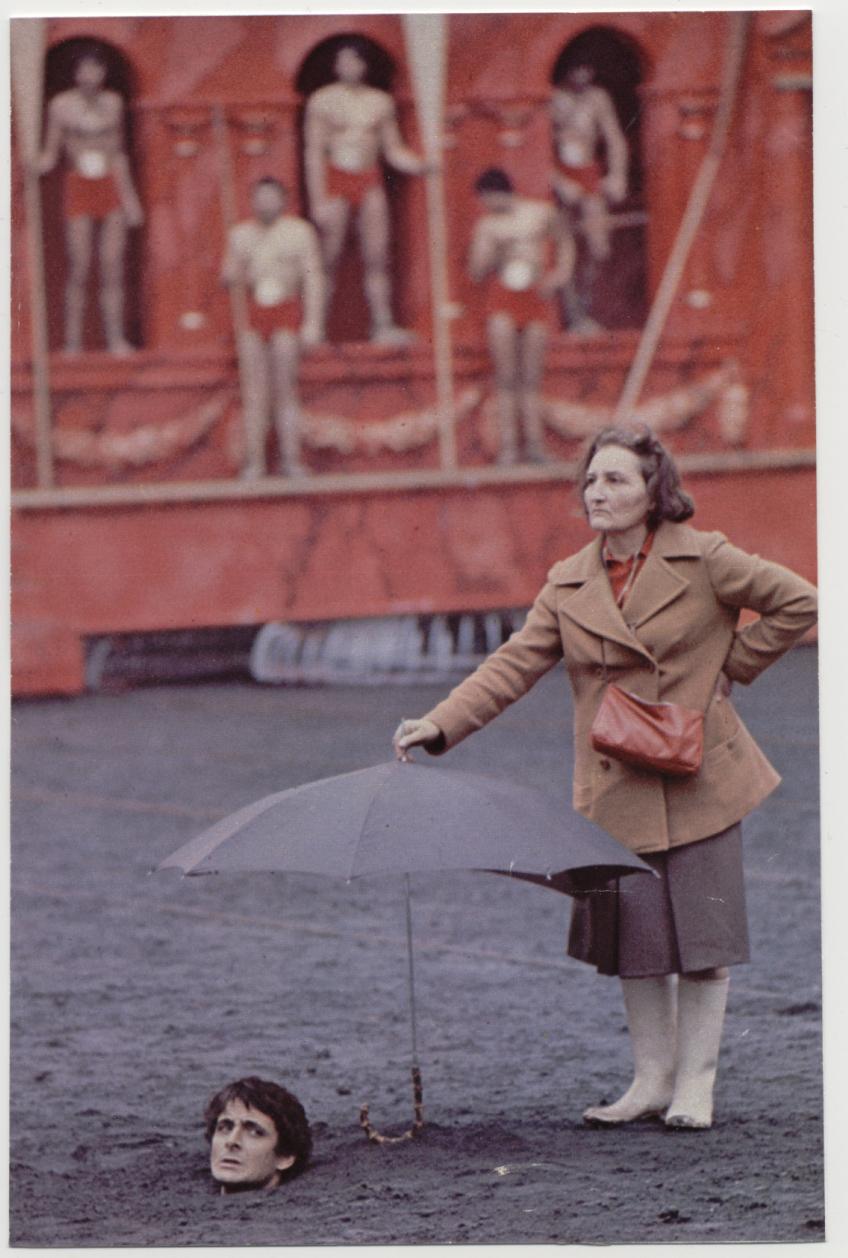1976. Egy asszisztens tart ernyőt a botrányos erotikus thriller a Caligula forgatása közben az egyik szereplő feje fölé a kivégzési jelenetben..jpg