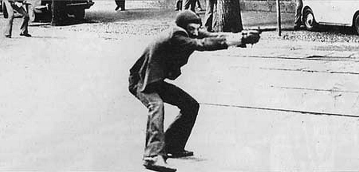 1977. Az olasz Ólom Évek ikonikus fotója. Giuseppe Memeo a rendőrökre lő. Az Ólom Évek Olaszország kaotikus időszaka volt a hetvenes-nyolcvanas években. Jellemzői a tüntetések, robbantások, emberrablások voltak..jpg