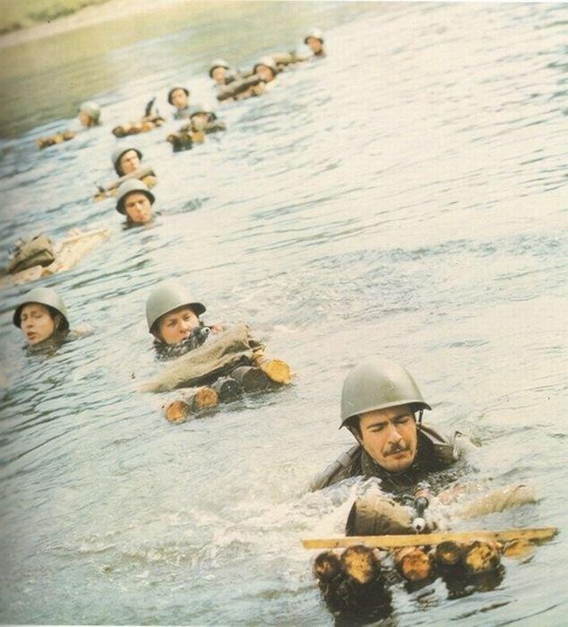 1982. Szovjetek kelnek át egy folyón Afganisztánban..jpg